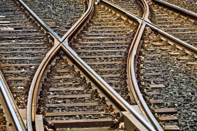 Йшла по коліях: дівчину збив потяг (Відео 18+)