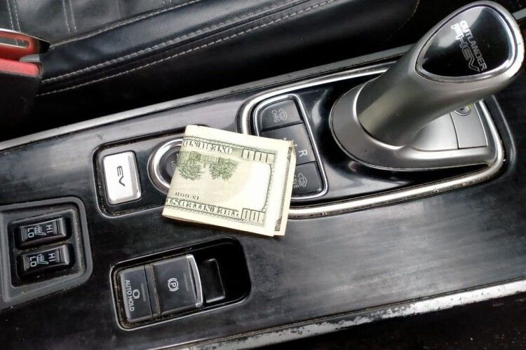 Волинянка давала поліцейським 100 доларів, аби відпустили випившого водія, з яким вона їхала