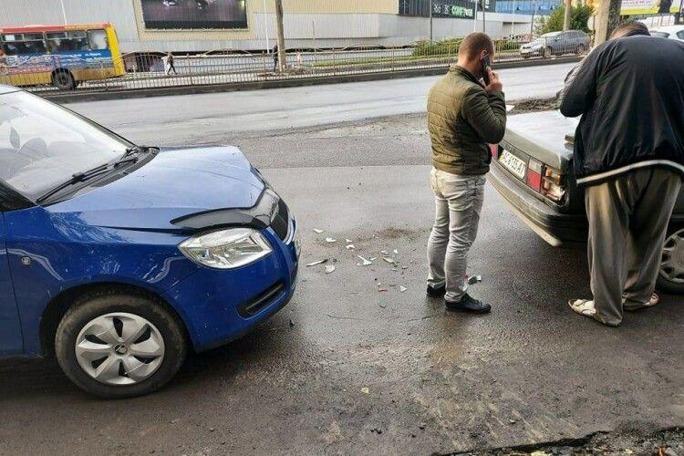 У Луцьку – ДТП: на мосту зіткнулися дві автівки (Фото)