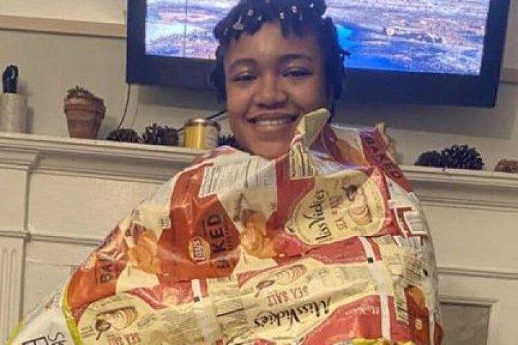 Активістка шиє спальні мішки для безхатьків з пакетів від чіпсів