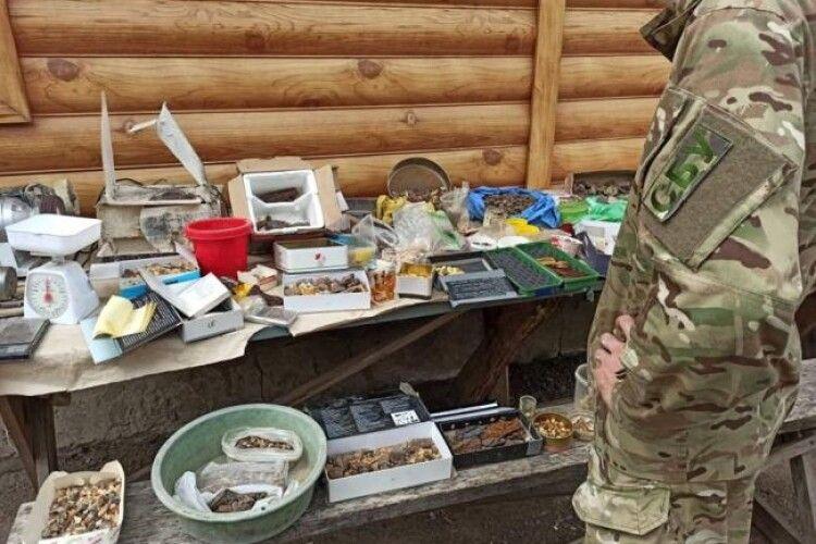 На Рівненщині викрили цех, де обробляли бурштин для іноземців (Фото)