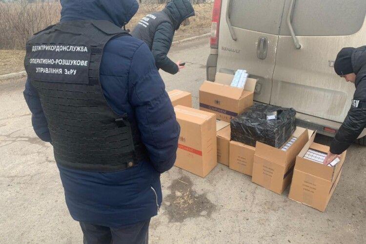 На Волині та Рівненщині правоохоронці затримали два автомобілі з 17 ящиками сигарет