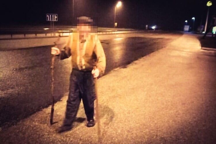 Ніхто з водіїв не зупинився: серед ночі дідусь з палицями йшов із райцентру в райцентр