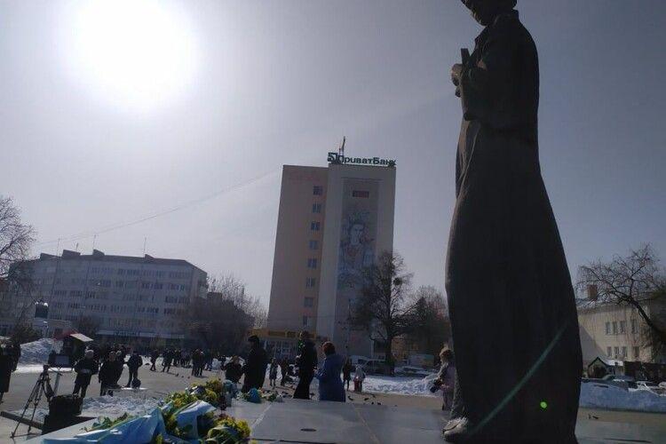Кілька сотень лучан прийшли вшанувати Лесю Українку в її день народження (Фото)