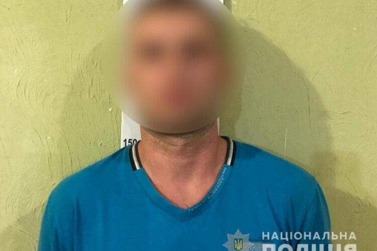 Чоловік двічі зґвалтував 18-річну дівчину та возив в авто містом (Фото, відео)