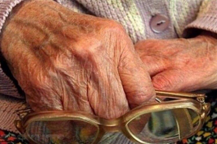 Покарали псевдопрацівницю соцслужби, яка грабувала пенсіонерів на Волині