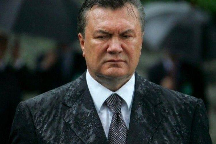 Януковичу та двом колишнім міністрам оборони заочно повідомили про підозру