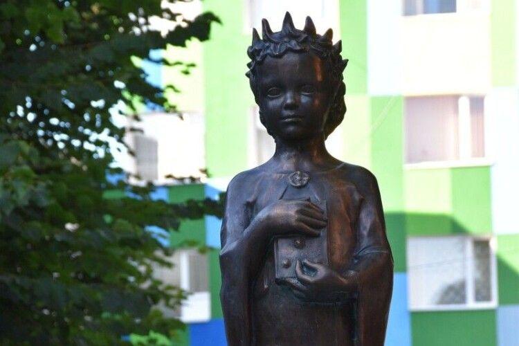 У центрі Луцька встановили пам'ятник Анні Київській (фото)