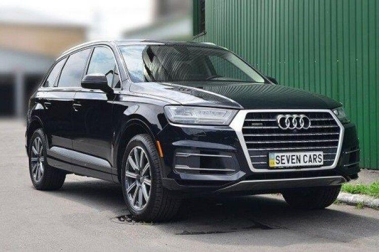 Котилася по дорозі: у Польщі українець загубив під час руху Audi Q7, яку віз на причепі