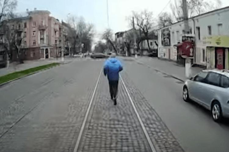 Українець влаштував пробіжку перед трамваєм, на який не встиг (Відео)