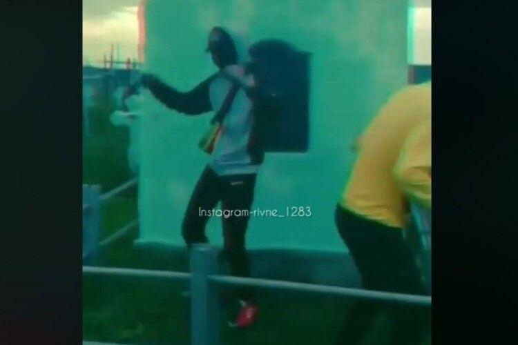 На Рівненщині підлітки танцювали на могилах (Відео)