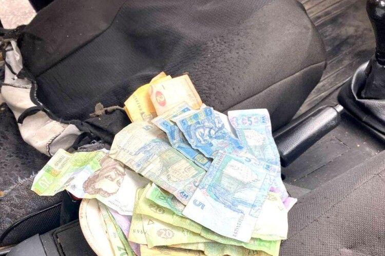 Чоловік хотів віддати поліцейським усі гроші, що мав