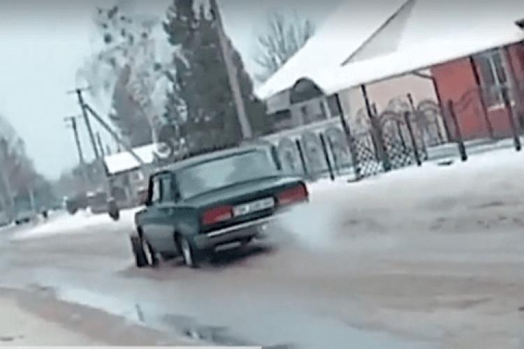 На Рівненщині чоловік переобладнав «Жигулі» на снігоочисний бульдозер
