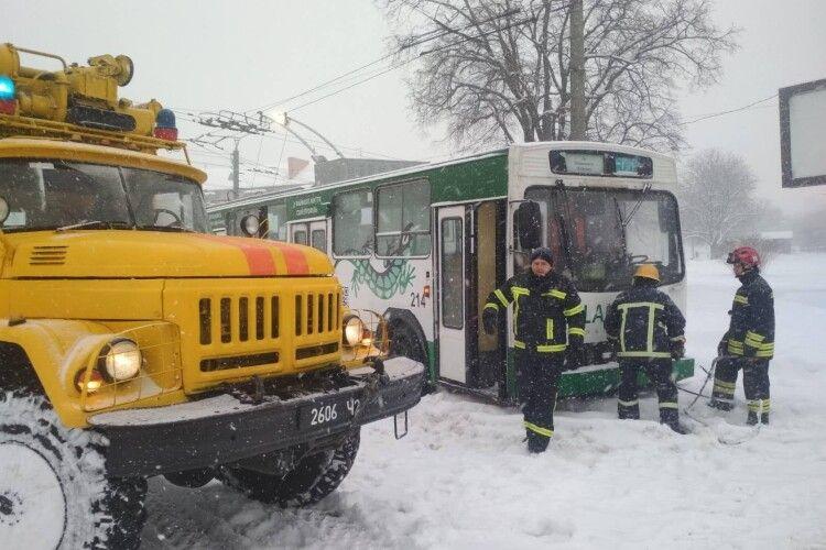 У Луцьку тролейбус застряг серед дороги в снігові (Фото)