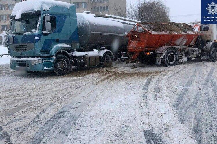 У Луцьку зі снігу витягували дві фури, які застрягли на дорозі і утворили затор (Фото)