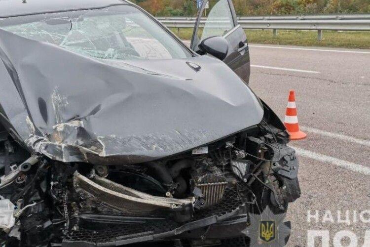 У Рівненській області водій на позашляховику влетів у зупинку й помер
