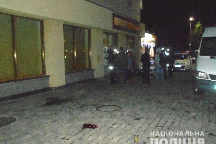 Повертався додому і зробив зауваження: у Рівному посеред вулиці дебошир встромив ножа перехожому (Фото)