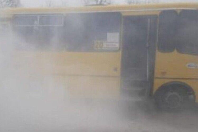 У Рівному під час руху загорівся автобус