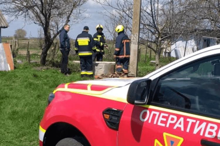Рівненські рятувальники дістали з колодязя мертвого чоловіка (Фото)