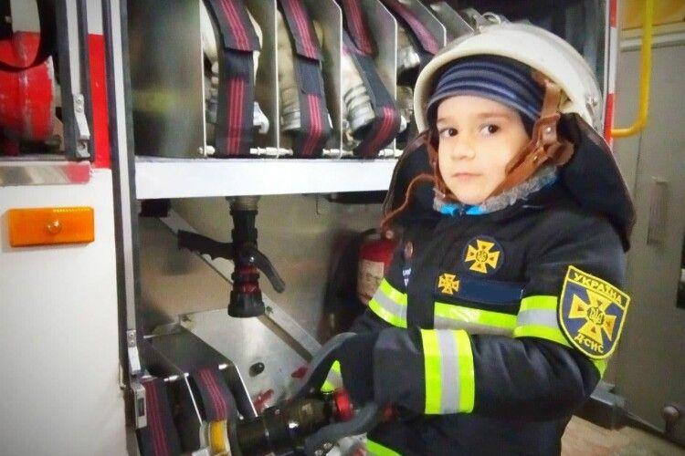 Бійці ДСНС здійснили мрію п'ятирічного хлопчика Миколки (Фото)