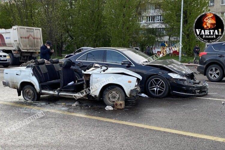 Сталася смертельна ДТП: авто вилетіло на зустрічну та залишилося без даху (Відео 18+)