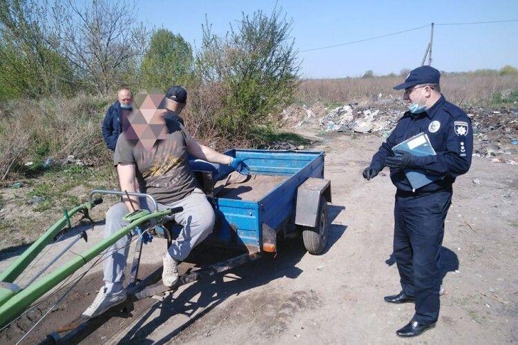 На Іваничівщині спіймали чоловіка, який вивозив сміття на узбіччя дороги