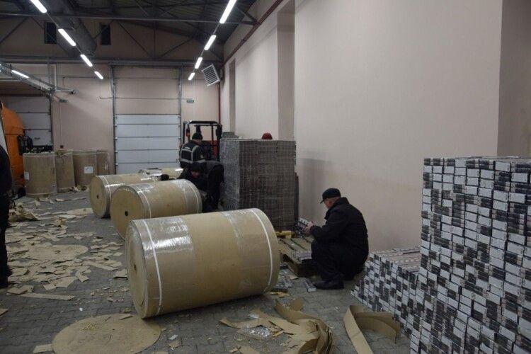 Рекордну партію сигарет контрабандисти закатали у паперові рулони (Фото, відео)