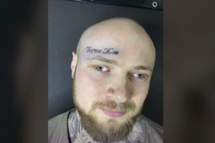 «Кернес живий»: чоловік зробив тату на лобі на честь покійного мера Харкова