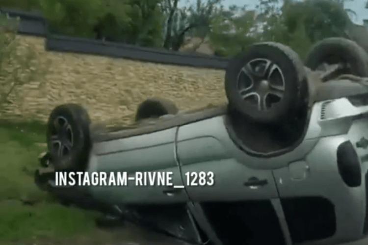 На Рівненщині авто перекинулося на дах (Відео)