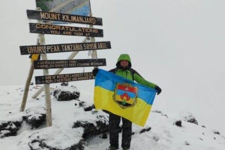 Житель Рівненщини піднявся з прапором України на Кіліманджаро