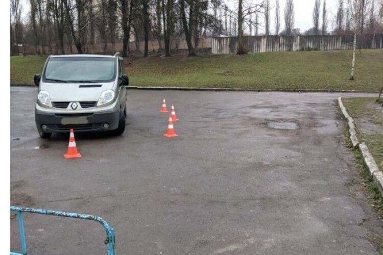 Переламані ноги та руки: у Рівному хлопчика перед школою збила машина (Відео)
