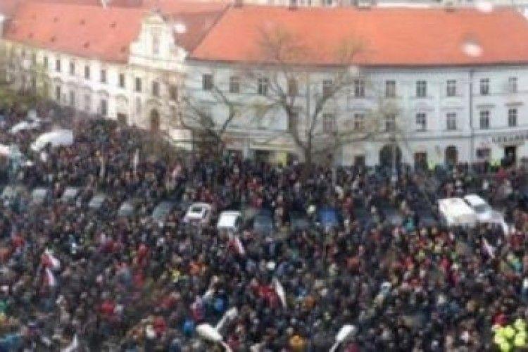 У Словаччині тисячі людей вийшли на антикорупційний протест