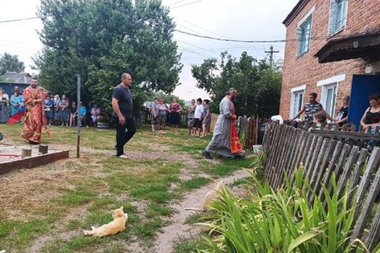 Тіло 6-річної Мирослави віддали батькам: біля дому вбитої дівчинки зібралося півсотні людей (Фото)