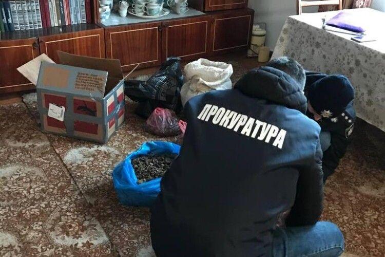 Придбання та зберігання бурштину без документів – на незаконному промислі викрито жителя Вараша