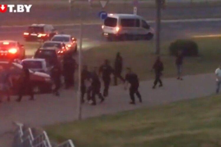 У Білорусі спалахнули протести, люди почали відбивати затриманих в ОМОНу (Фото, відео)
