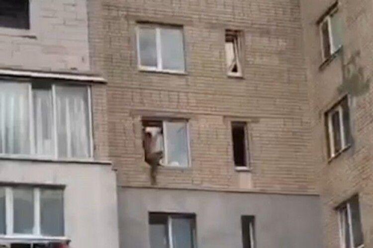Ліз у вікно: на Рівненщини чоловік застряг на висоті 3-го поверху (Відео)
