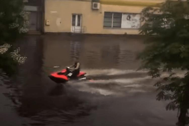Через зливу в Житомирі люди плавають вулицями на надувному матраці і водяному мотоциклі (Фото, відео)