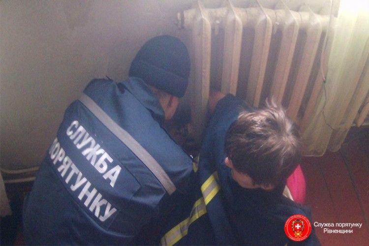У Костополі на Рівненщині рятували жінку… яка застрягла в чавунній батареї (фото)