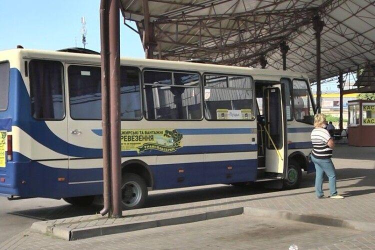 Незважаючи на «червону» зону, міжміські і міжобласні автобуси в Луцьку курсують (Відео)