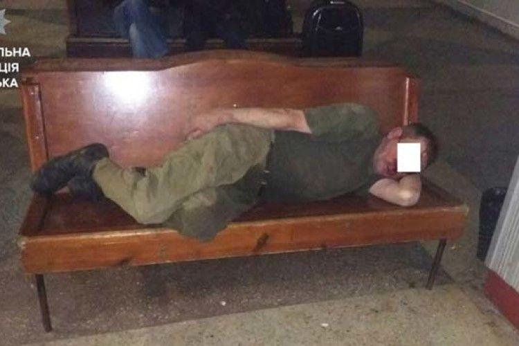 На автостанції в Луцьку відпочивав побитий п'яний колишній військовий (ФОТО)