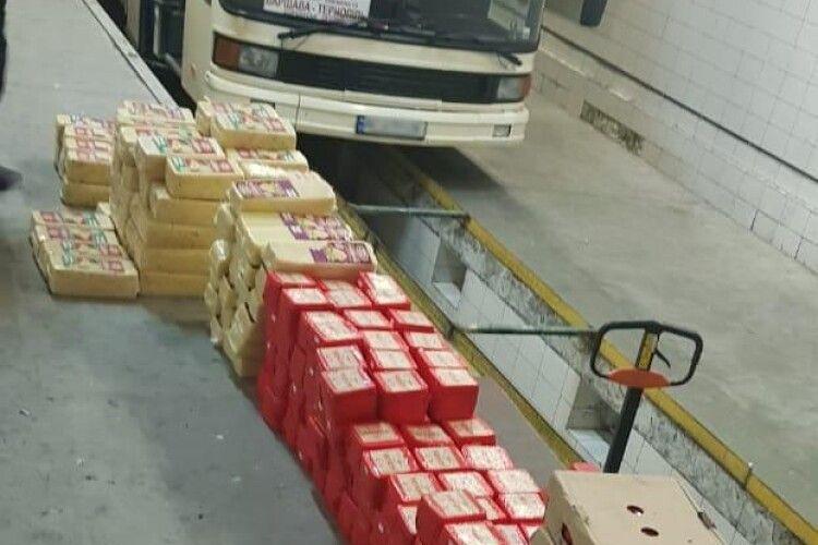 На «Ягодині» в рейсовому автобусі знайшли майже пів тонни контрабандного сиру (Фото)