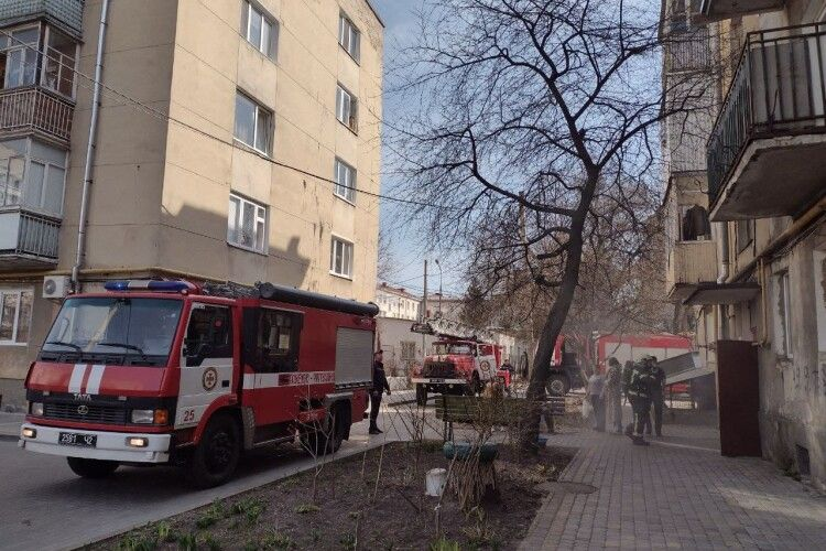 У Луцьку рятувальники винесли на ношах з пожежі 90-річну пенсіонерку (Фото)