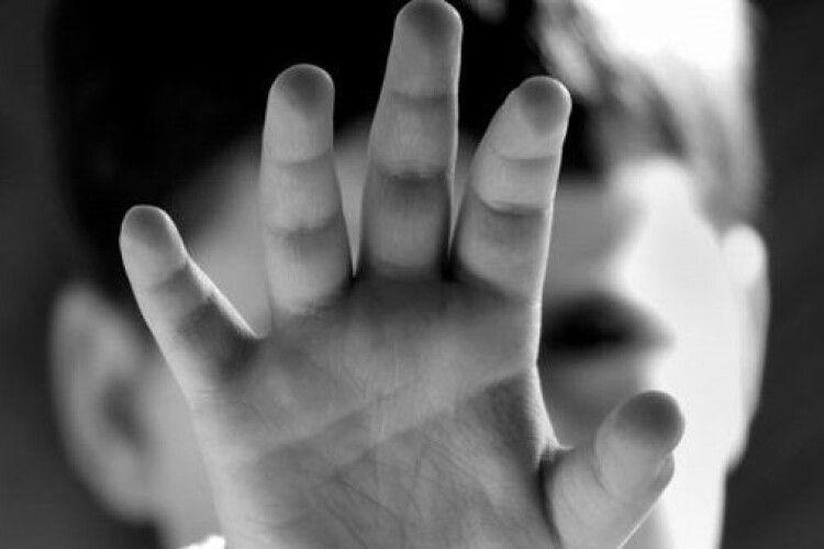 Змушував хлопчика битися головою об стіну: чоловік знущався над 5-річним пасинком, бо той погано говорить