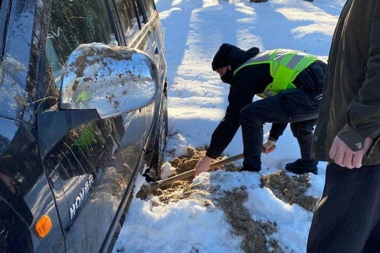 Волинські патрульні виштовхали з кювету другу за день машину (Фото)