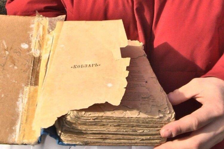 Дідусь викопав «Кобзар» із землі: родина із Луцька з'ясовує вік сімейної реліквії (Відео)