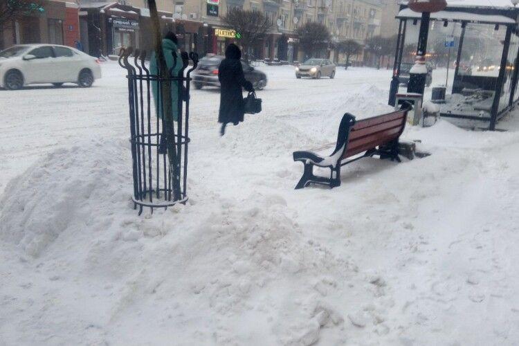 Луцьк у сніговому полоні: люди протоптують стежки, автомобілі стоять в заторах, що каже мер (Фото)