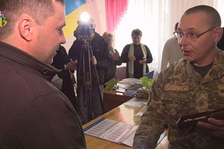 Чиновники ЗСУ забули вручити волинянину орден: нагорода більше двох років пролежала в сейфі (фото, відео)