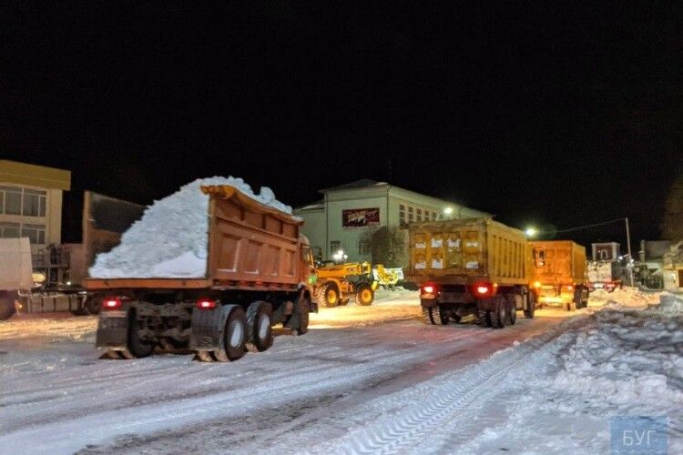 Тисячі тонн! Вночі з Володимира вивозили сніг (Відео)