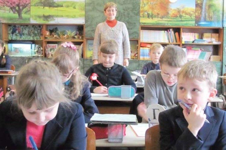 На уроках у першокласників — перегони, ігри та пісні. А ще — географія, фізика та хімія