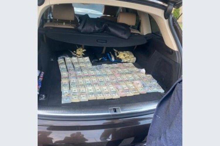 У волинського митника вилучили понад 700 тисяч доларів, які той віз на хабар до Києва